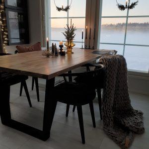 Jättineulepeitto tumma beige Kuva IG @villanordland